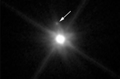 De maan MK 2 is duidelijk zichtbaar op deze nieuwe Hubble-foto.