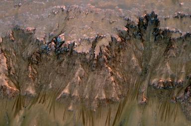 donkere strepen op een Martiaanse heuvel