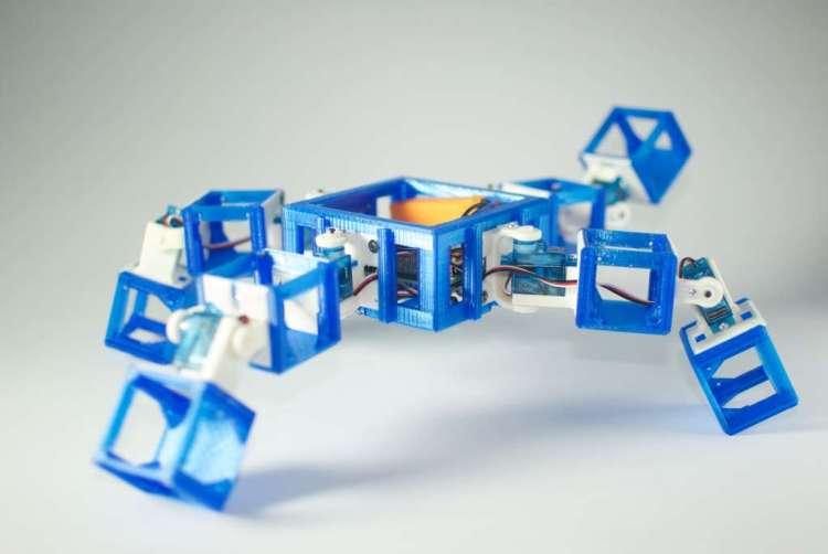 Hier zie je de andere robot-ouder van de eerste robot-baby. Deze heeft meer de vorm van een spin. De CPU, accu en lichtsensor zitten in het midden. Je ziet: deze ouder is heel anders van vorm dan de andere ouder. En dus is het altijd spannend hoe het nageslacht van deze twee robots eruit gaat zien.