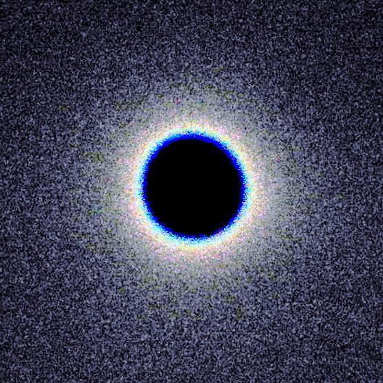 Rappresentazione semplificata di un buco nero. L'orizzonte degli eventi è la linea che racchiude la parte nera, dalla quale nemmeno la luce può uscire. Fonte Flickr
