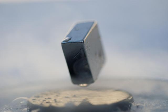 Un magnete levita sulla superficie di un superconduttore. (immagine da wikipedia)