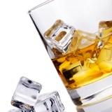 Perché il ghiaccio raffredda le bevande
