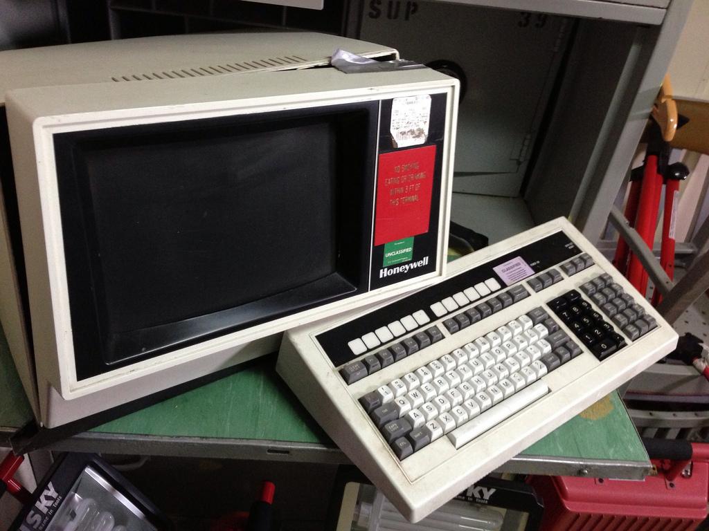 8126435879_f47b0bacd6_b_old-computer