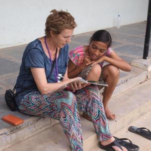 Marlies en Afreen lezen samen.