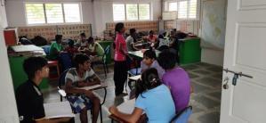 De ouderen kinderen helpen de jongere met hun studie