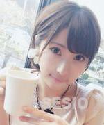 カフェでくつろぐラブメイトの白石愛子
