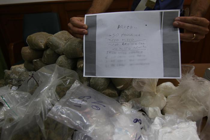 Napoli, scoperto deposito di droga .