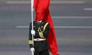 bandera enrollada en una persona patriota, seguramente