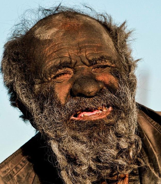 Hadji Amoo, um iraniano de 80 anos que diz não tomar banho há 60 anos
