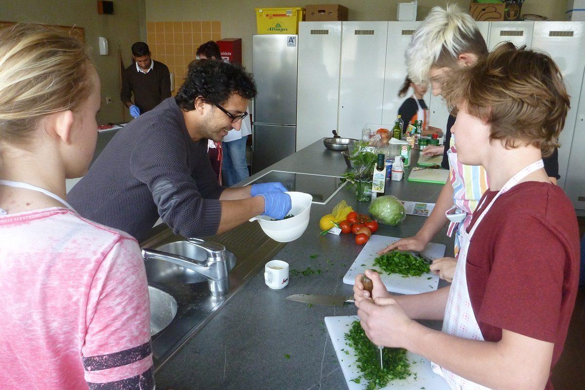 Seekirchen hilft   Beim gemeinsamen Kochen lernte man sich kennen ...