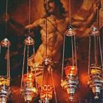 The resurrected Christ behind ornate lamps above the door of the edicule (© Custodia Terrae Sanctae)