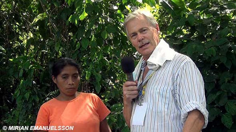Dick Emanuelsson entrevista a una indígena del pueblo lenka que lucha contra un megaproyecto de represa en el departamento de Santa Bárbara, Honduras.