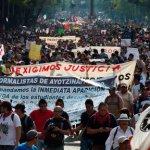 Miles de estudiantes reclaman que regresen con vida sus compañeros de Ayotzinapa.