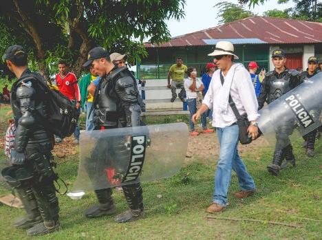 Rodrigo López acompañado por el Esmad durante un desalojo anterior. Foto: Laura Bianca Thomi/ PWS
