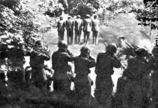 """Questa foto è stata scattata nel villaggio di Dane, e mostra l'esecuzione sommaria di civili sloveni da parte di soldati fascisti italiani il 31 luglio 1942. Nonostante ciò, molto spesso viene utilizzata falsificandone il contenuto, parlando di un """"plotone d'esecuzione titino"""" che fucila """"vittima italiane""""."""