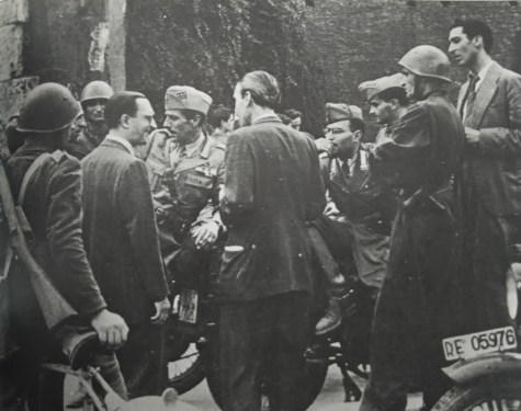 Civili e militari a Porta San Paolo. In alto a destra l'azionista Raffaele Persichetti.