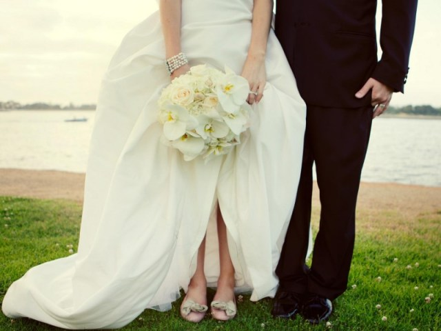 saat datang ke pernikahan mantan, tunjukkan bahwa kamu benar-benar sudah move on. gambar via: www.hipwee.com