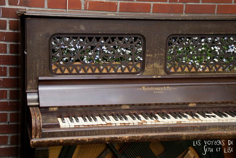 blog voyage pvt canada couple montreal tour du monde rue plateau piano fleur poetique musique jardin