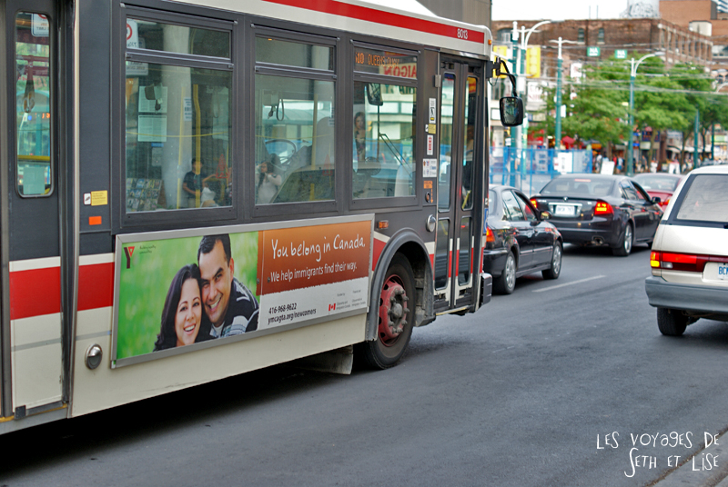 blog pvt canada toronto couple voyage tour du monde travel whv ontario street insolite publicite advertising immigrant bus belong canada