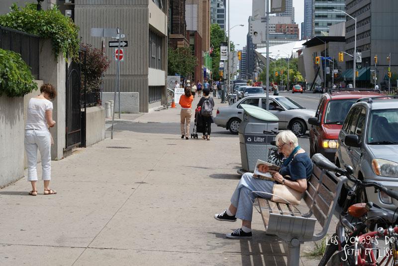 blog voyage toronto canada pvt montreal people portrait photo bill clinton book livre read lecture banc lady