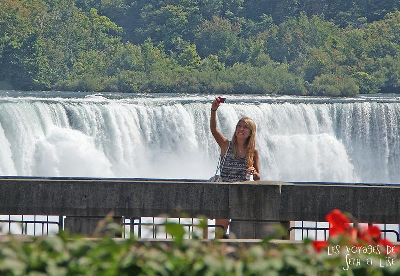 niagara falls chutes ontario canada pvt blog tourisme cascade nature couple grimace touriste fille