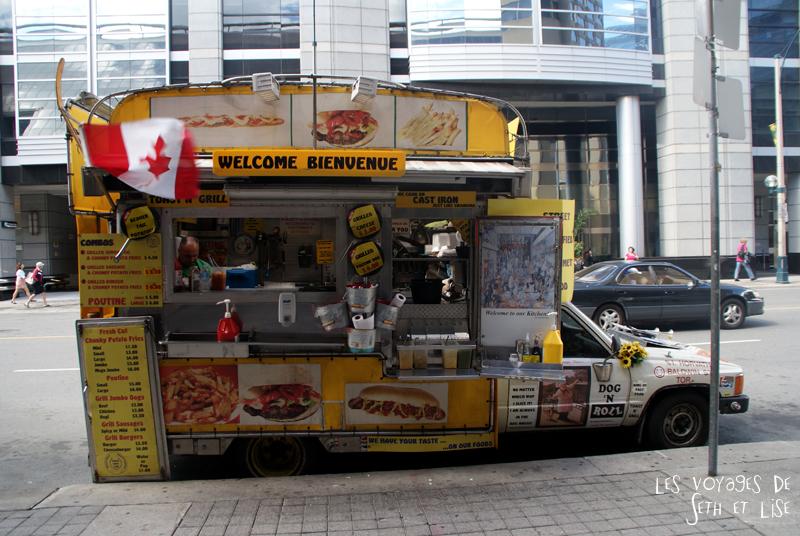 blog pvt canada toronto couple voyage tour du monde portrait seth lise voiture ambulante marchand frite hot dog poutine