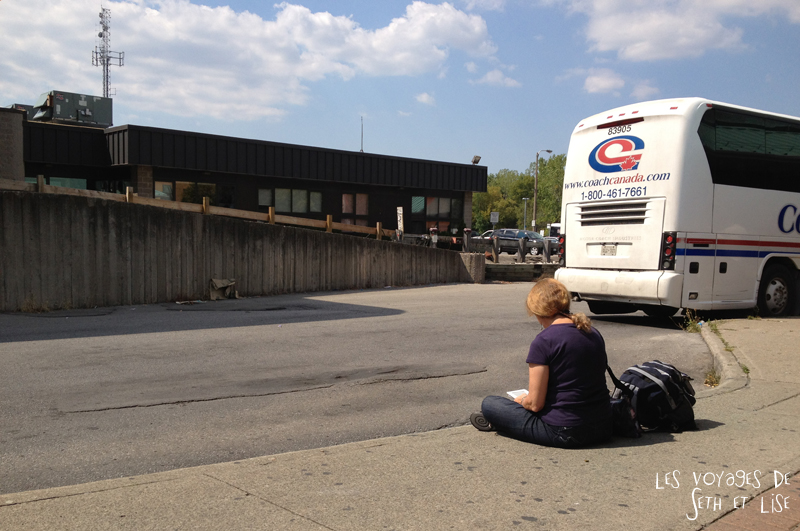 greyhound waiting bus attendre