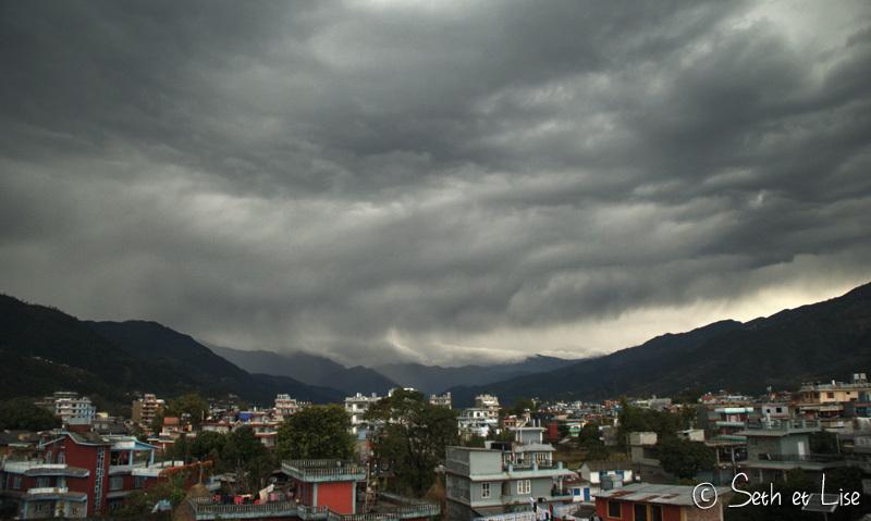 La vallée de Pokhara sous les nuages