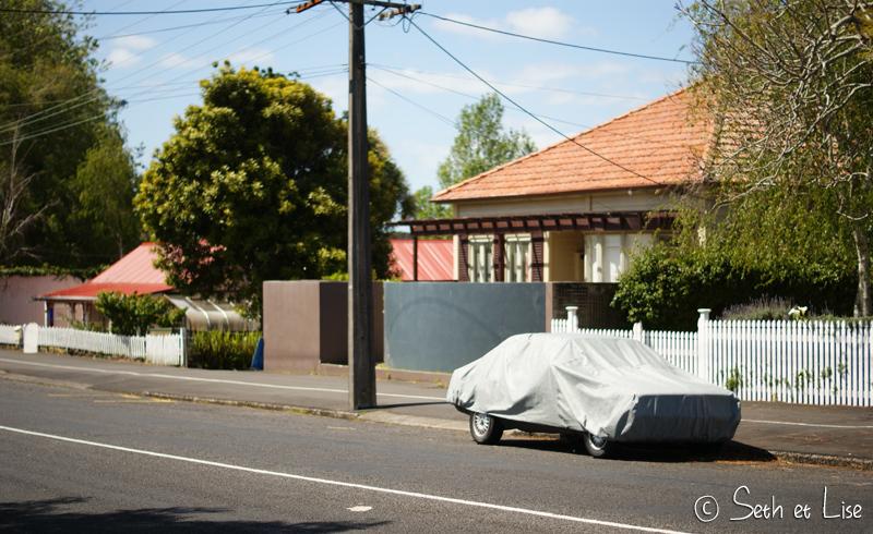 Probablement l'antivol le moins efficace du monde : une bâche sur sa voiture !