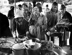 Mother Wright prays over the Thanksgiving feast she served in 1985 at 10th and Jefferson. – Photo: Oakland Tribune