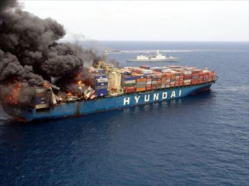 MV Hyundai Fortune on fire, with HNLMS De Zeven Provinciën in the background, 2006. Photo by Ministerie van Defensie