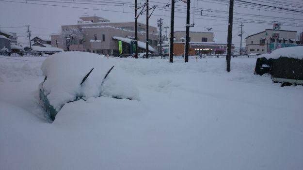 辺り一面雪に覆われていて、雪のためにあげてあるワイパーだけが飛び出しています。