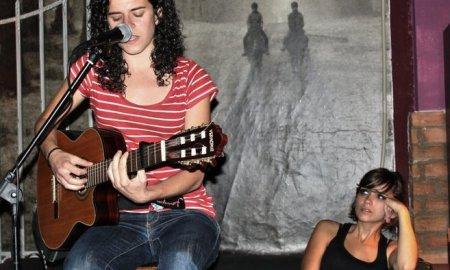Ángela Biedma, en un concierto acústico // A. Biedma