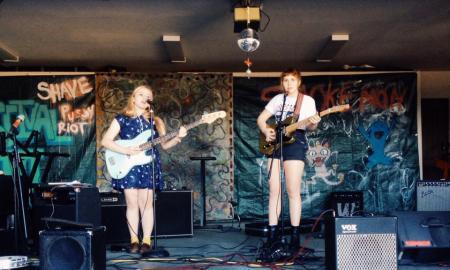 Las girlpool, durante una actuación