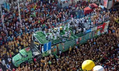 a aproveitar o carnaval com o celular / Vinicius Tupinamba  -Shutterstock.com