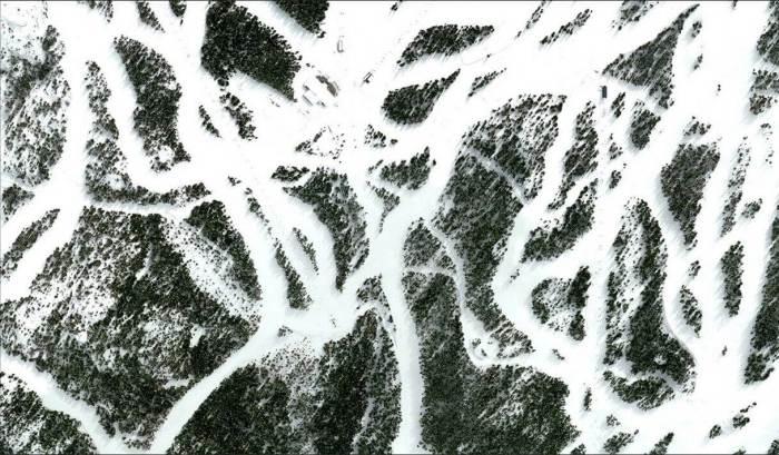Trilhas, elevadores e esquiadores cortam as árvores do Whistler Blackcomb Resort em Vancouver, Colúmbia Britânica, Canadá, 23 de março de 2015. (Daily Overview)