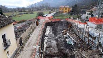 Da uno dei cantieri della ricostruzione post-terremoto di Fossa (l'Aquila), è emersa lo scorso anno anche un'antica Via Romana
