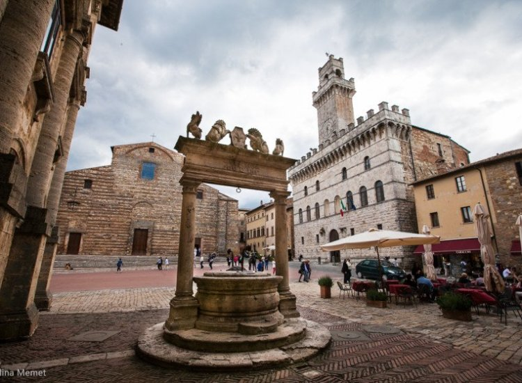 montepulciano, the well in the main square