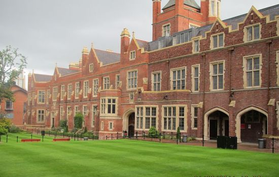 800px-Queen's_University_Belfast5_by_Paride