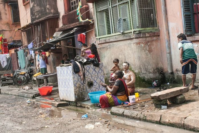 Muchas gente se higieniza en las calles y en familia