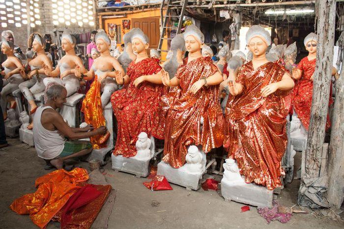 Vistiendo las esculturas de las deidades en un taller de Calcuta