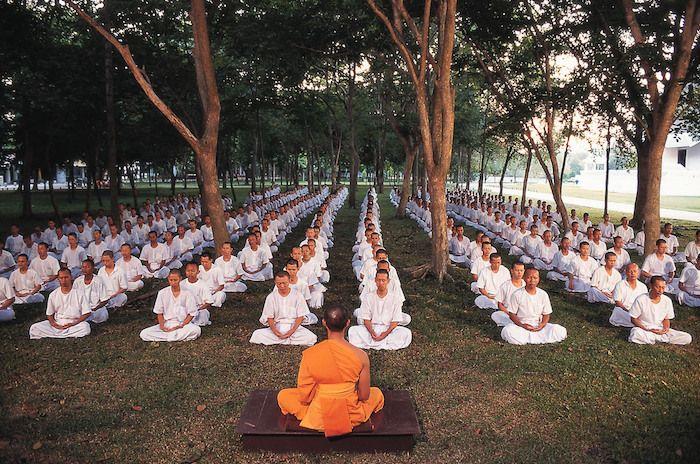 Monjes meditando