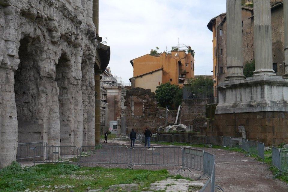 Die Bögen des Marcellus Theaters, Säulen eines Apollo Tempels. Im Hintergrund das Kapitol