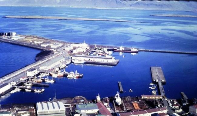 Grandagarður 1969. Bakkaskemman (Hús sjávarklasans) er þarna nýrisið og verbúðirnar taka á sig brimið norð-vestanmegin.