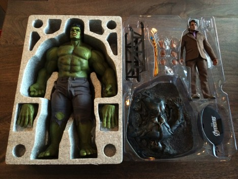 Hot Toys Bruce Banner and Hulk Sixth Scale Figure Set unboxed