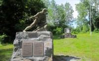 Robert Rogers statue foregrounding Rogers Island plaque.