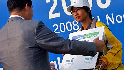 2008NH OPEN表彰式。ソウル郊外のゴヤン市農協大学コートで開催されたトーナメント。韓国、日本のトップがずらっとそろった豪華なドローのなかで単複完全優勝を果たした。江婉埼はアジア競技大会以外の大会では死んだふり(?)をしていることがほとんどだが、なぜかこの大会は例外だった。決勝はボールボーイがつきテレビ中継、会場のデコも申し分なく、彼女のキャリアのハイライトシーンのひとつ。