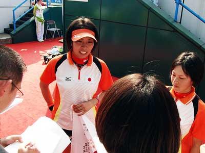 2010広州大会女子ダブルス優勝直後ミックスゾーンでメディアの取材をうける杉本・上原。日本女子はこの種目2大会連続優勝中だ。
