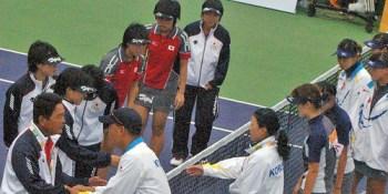 2005年東アジア競技大会決勝後の日本と韓国。玉泉・上嶋、渡邉・堀越、河野・濱中と揃った日本は近年最強といえたが、チャン監督率いる若い韓国チームが健闘を見せ肉迫、あわやというとこまでいく。このチームが2007年世界選手権での最強チームの祖となった。