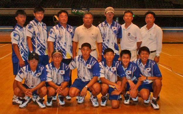 2003年大会優勝のテグカソリック大学。初来日、当然初出場しかも創部2年目の快挙。ダブルフォワードにバズーカと異次元のテニス。このときのメンバーのうち5人(キムジェボク、イゾンウ、キムジュンユン、パクチャンソク、オソンリョル)がその後国家代表までのぼりつめ、現在も韓国男子の中心を成す、